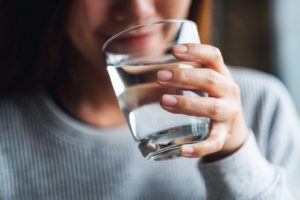 Sipping cool water to ease clear aligner discomfort